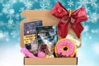 Cherryn Vánoční box pro malé psy s pamlsky a hračkami dle výběru – verze pro kluky i holky. Včetně sváteční mašle.