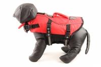 Jednoduchá plovací vesta pro psy vyrobená z pevných a odolných materiálů. Sytě červená pro dobrou viditelnost, zapínání na přezky a suchý zip. (2)