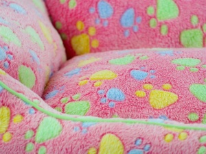 Luxusní růžový pelíšek pro psy od FMD vhodný pro malá až střední plemena (detail 2)