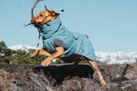 HURTTA – Outdoorový zimní obleček pro psy pro jejich dokonalý teplotní a pocitový komfort. Voděodolný a snadno udržovatelný materiál, termoizolační podšívka, 3M reflexní prvky. Barva modrá – borůvková. (4)