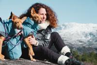 HURTTA – Outdoorový zimní obleček pro psy pro jejich dokonalý teplotní a pocitový komfort. Voděodolný a snadno udržovatelný materiál, termoizolační podšívka, 3M reflexní prvky. Barva modrá – borůvková. (5)