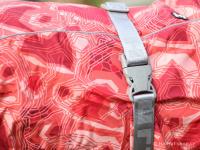 Extra zateplený outdoorový zimní obleček pro psy HURTTA. Voděodolný a snadno udržovatelný materiál, termoizolační folie udržující teplo, 3M reflexní prvky. Barva červená, vzor CORAL CAMO. (FOTO 9)