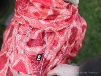 Extra zateplený outdoorový zimní obleček pro psy HURTTA. Voděodolný a snadno udržovatelný materiál, termoizolační folie udržující teplo, 3M reflexní prvky. Barva červená, vzor CORAL CAMO. (FOTO 8)