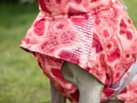Extra zateplený outdoorový zimní obleček pro psy HURTTA. Voděodolný a snadno udržovatelný materiál, termoizolační folie udržující teplo, 3M reflexní prvky. Barva červená, vzor CORAL CAMO. (FOTO 5)