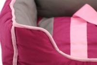 Pohodlný pelíšek pro psy s hračkou od BOBBY. Vyjímatelný polštář, možnost praní v pračce, protiskluzové dno. Barva bordó. (6)