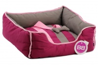 Pohodlný pelíšek pro psy s hračkou od BOBBY. Vyjímatelný polštář, možnost praní v pračce, protiskluzové dno. Barva bordó. (2)