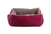 Pohodlný pelíšek pro psy s hračkou od BOBBY. Vyjímatelný polštář, možnost praní v pračce, protiskluzové dno. Barva bordó. (3)