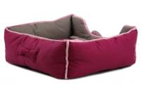 Pohodlný pelíšek pro psy s hračkou od BOBBY. Vyjímatelný polštář, možnost praní v pračce, protiskluzové dno. Barva bordó. (4)