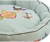 Veselý bavlněný pelíšek pro psy z kolekce For My Dogs vhodný pro malé psy. Barva světle modrá s barevným potiskem, protismykové dno. (2)