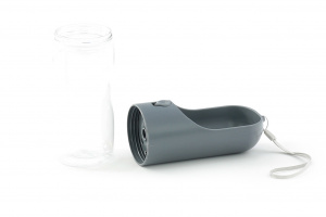 Pítko pro psy z pevného plastu s pojistkou proti vylití. Objem 400 ml, barva šedá. (2)
