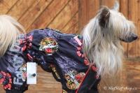 FOTO – Pláštěnka pro psy od ForMyDogs, černá s potiskem (3)