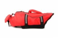 Jednoduchá plovací vesta pro psy vyrobená z pevných a odolných materiálů. Sytě červená pro dobrou viditelnost, zapínání na přezky a suchý zip. (4)