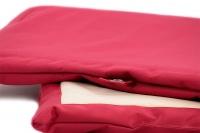 Praktická dvojbarevná podložka pro psy vhodná pro vnitřní i venkovní použití. Materiál: 20 % bavlna, 80 % polyester. (3)