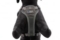 ULTIMATE WEATHER SHIELD je originální nastavitelný postroj pro psy s integrovanou pláštěnkou. Dvě možnosti připevnění vodítka a úchyt pro uchopení psa. (12)