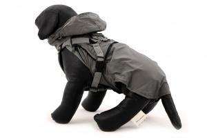 ULTIMATE WEATHER SHIELD je originální nastavitelný postroj pro psy s integrovanou pláštěnkou. Dvě možnosti připevnění vodítka a úchyt pro uchopení psa. (3)