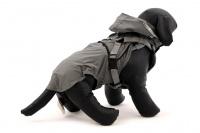 ULTIMATE WEATHER SHIELD je originální nastavitelný postroj pro psy s integrovanou pláštěnkou. Dvě možnosti připevnění vodítka a úchyt pro uchopení psa. (15)