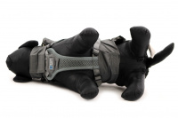 ULTIMATE WEATHER SHIELD je originální nastavitelný postroj pro psy s integrovanou pláštěnkou. Dvě možnosti připevnění vodítka a úchyt pro uchopení psa. (17)