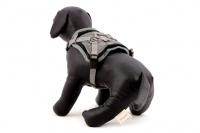 ULTIMATE WEATHER SHIELD je originální nastavitelný postroj pro psy s integrovanou pláštěnkou. Dvě možnosti připevnění vodítka a úchyt pro uchopení psa. (7)