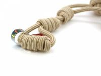 Odolná přetahovací hračka pro střední a velké psy vyrobená z pevného provazu se dvěma uzly. Celková délka 60 cm. (2)