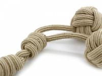Odolná přetahovací hračka pro střední a velké psy vyrobená z pevného provazu se dvěma uzly. Celková délka 60 cm. (4)