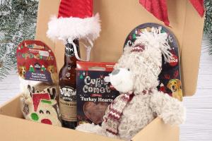 Luxusní Vánoční box pro psy s velkou plyšovou hračkou, stylovou čepičkou, nealko pivem pro psy a pamlsky. Včetně sváteční mašle. (3)