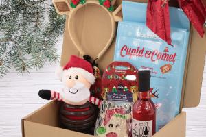 Luxusní Vánoční box pro psy s originální plyšovou hračkou, legračními sobími parohy, nealko vínem pro psy a pamlsky. Včetně sváteční mašle. (3)