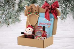 Luxusní Vánoční box pro psy s originální plyšovou hračkou, legračními sobími parohy, nealko vínem pro psy a pamlsky. Včetně sváteční mašle. (2)