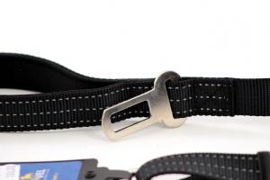Velmi praktické, krátké vodítko pro psy s bezpečnostní spojkou k autopásu. Reflexní prošívání, nastavitelná délka 55–85 cm. Černé. (2)