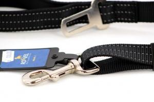 Velmi praktické, krátké vodítko pro psy s bezpečnostní spojkou k autopásu. Reflexní prošívání, nastavitelná délka 55–85 cm. Černé. (3)