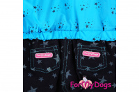 Obleček pro psy – teplý zimní overal BLUE STARS od ForMyDogs z voduodpuzujícího materiálu s kožešinovou podšívkou. Zapínání na druky na bříšku, barva modro-černá. (6)